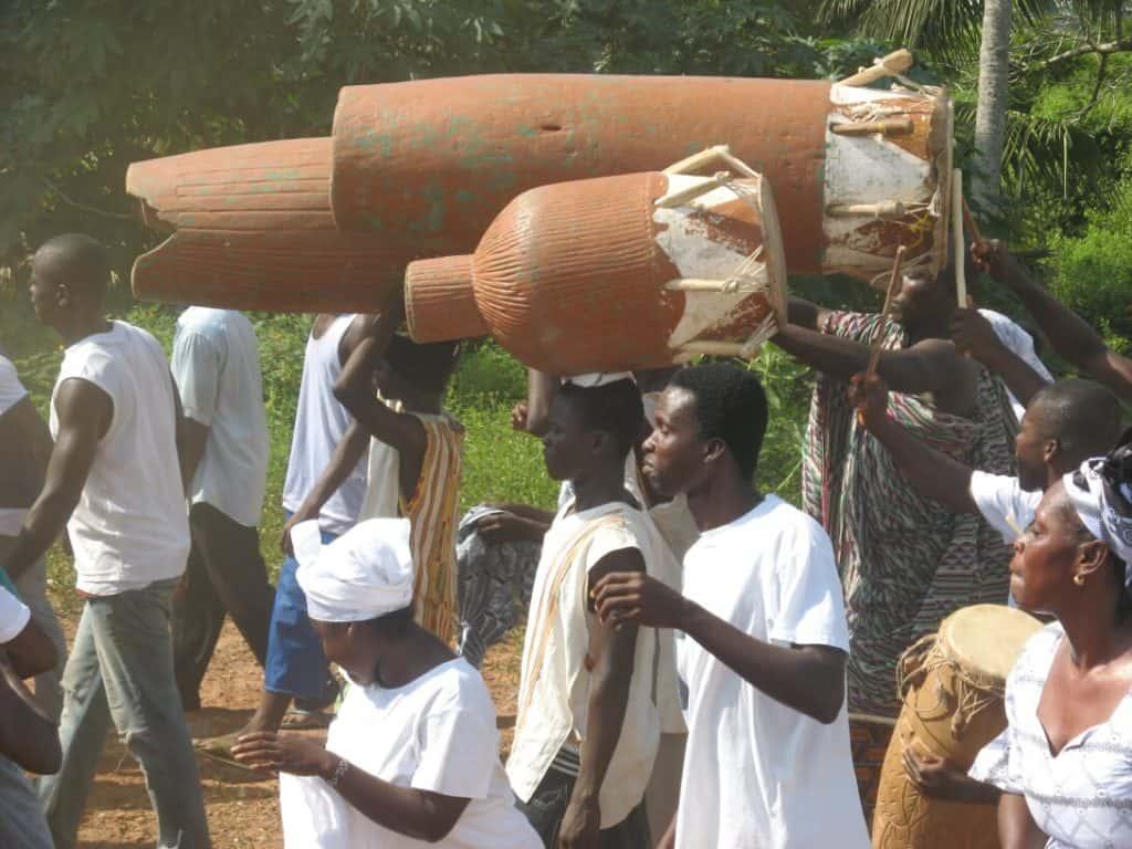 ghanese met djembe's en konga's