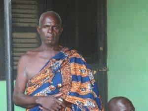 Oude man in het dorp