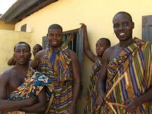 ghanese mannen poseren en glimlachen