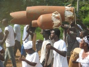 jonge mannen met konga's