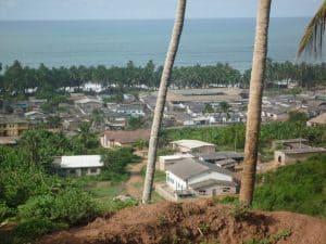 uitzicht op huizen en de kust in Ghana