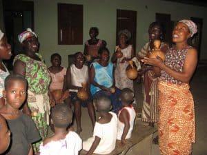 zingende vrouwen in het dorp in Ghana